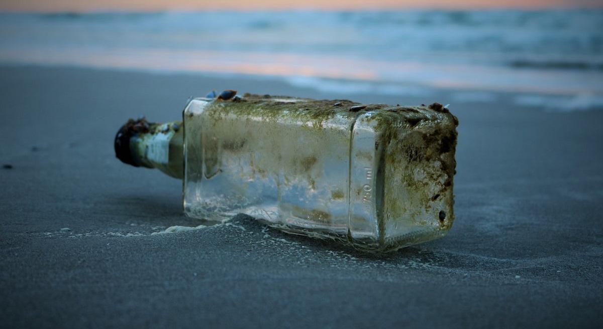 Dwóch turystów dostrzegło w wodzie butelkę z listem. Kiedy poznali jego treść, bezzwłocznie postawili służby na nogi