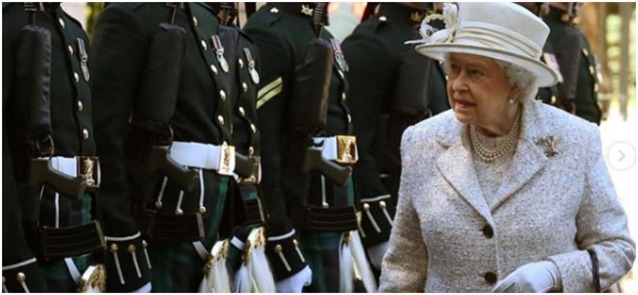 Takiego zachowania przy stole Elżbieta II nie wybacza. Królowa zrugała supergwiazdę