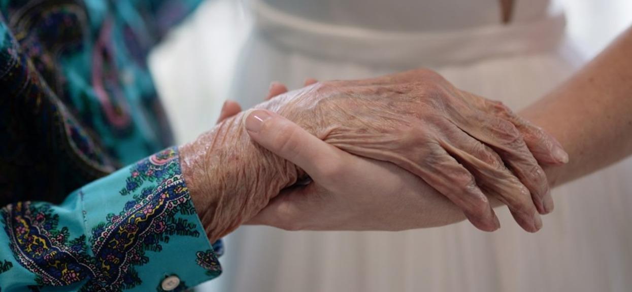 102-letnia babcia nie mogła się pojawić na ślubie wnuczki. Panna młoda od razu postanowiła działać, jej pomysł wycisnął łzy z oczu rodziny