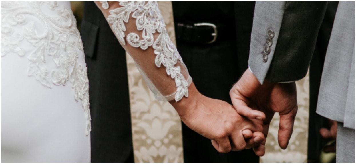 Goście na ich ślubie nie byli na to gotowi. Gdy panna młoda weszła do kościoła, ich oczom ukazał się niespodziewany widok