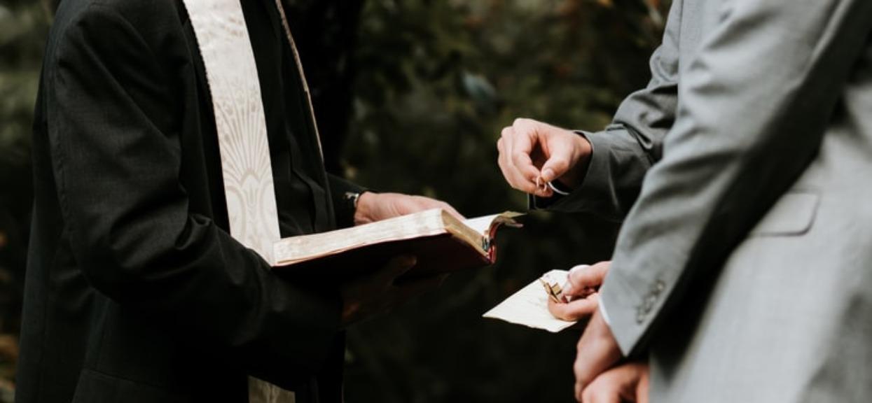 Kiedy ksiądz powiedział Ewelinie, ile żąda za udzielenie ślubu, kobieta zdębiała. Takiej chciwości jeszcze nie widziała w swoim życiu