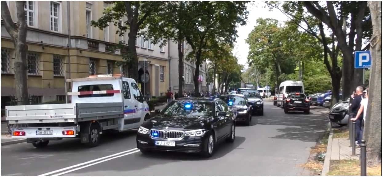 Wypadek limuzyny Służby Ochrony Państwa na A2. Auto staranowało barierki