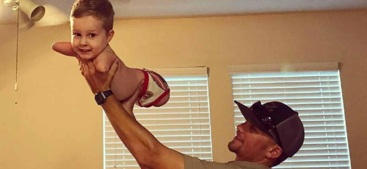 Ich syn urodził się bez rąk i nóg. Nagranie z momentu, jak stawia swoje pierwsze kroki miażdży serce