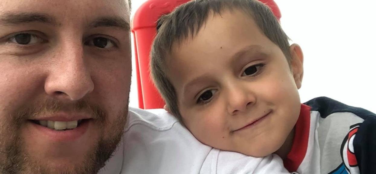 """Rodzice myśleli, że dziecko ma zwykłego wirusa. Okazało się, że niszczy je rzadki nowotwór, """"mogliśmy zobaczyć raka w jego całym ciele"""""""