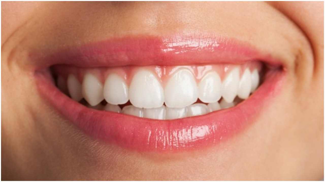 Genialny domowy sposób na tanie i łatwe wybielanie zębów. Efekty powalają
