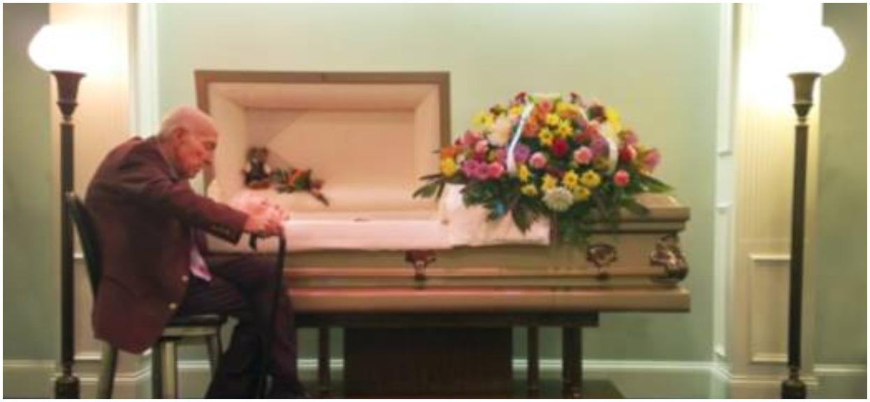 Fotograf przypadkiem usłyszała, co mąż mówi do zmarłej żony w trumnie. Wstrząsnęło nią to tak bardzo, że musiała to nagłośnić