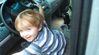Samochód potrącił małą dziewczynkę. Za kierownicą pojazdu siedział jej 4-letni brat