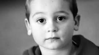 Mając 9 lat palił trawkę i pił alkohol, a rodzice umarli w dramatycznych okolicznościach. Znaleźli go martwego