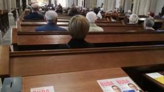 Wierni są oburzeni. Ulotki wyborcze kandydata PiS w archikatedrze w Łodzi
