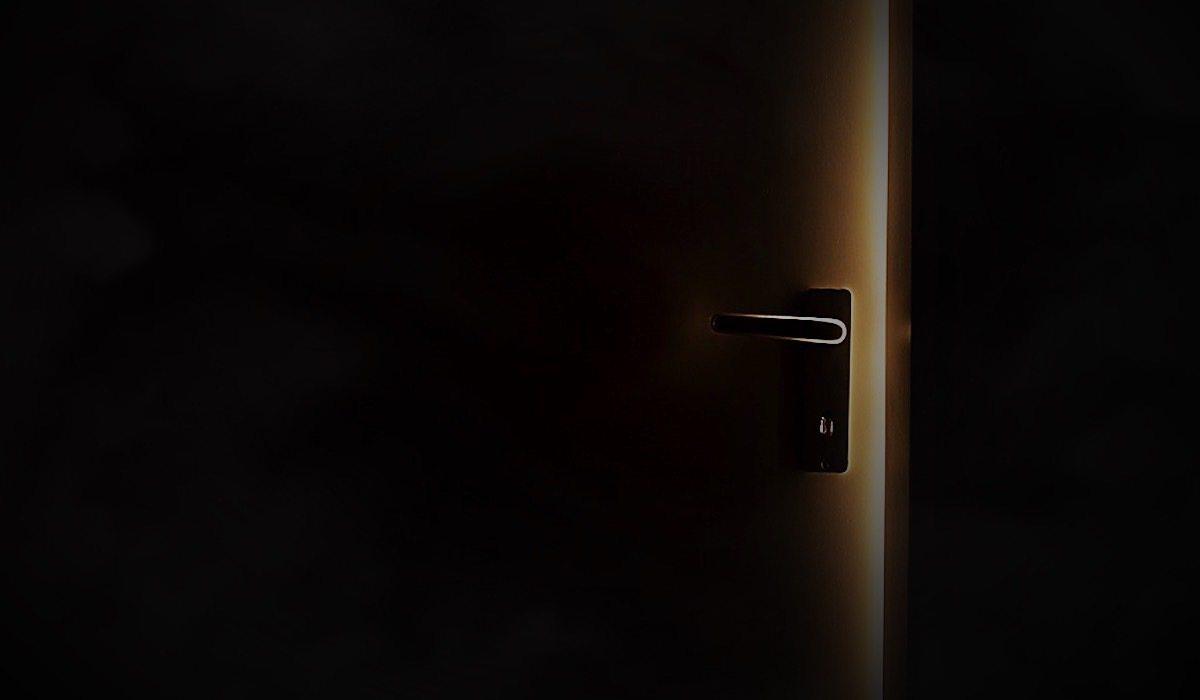 Usłyszał dziwne dźwięki z domu 94-latki. Natychmiast wtargnął do środka i zamarł odkrywając co się dzieję