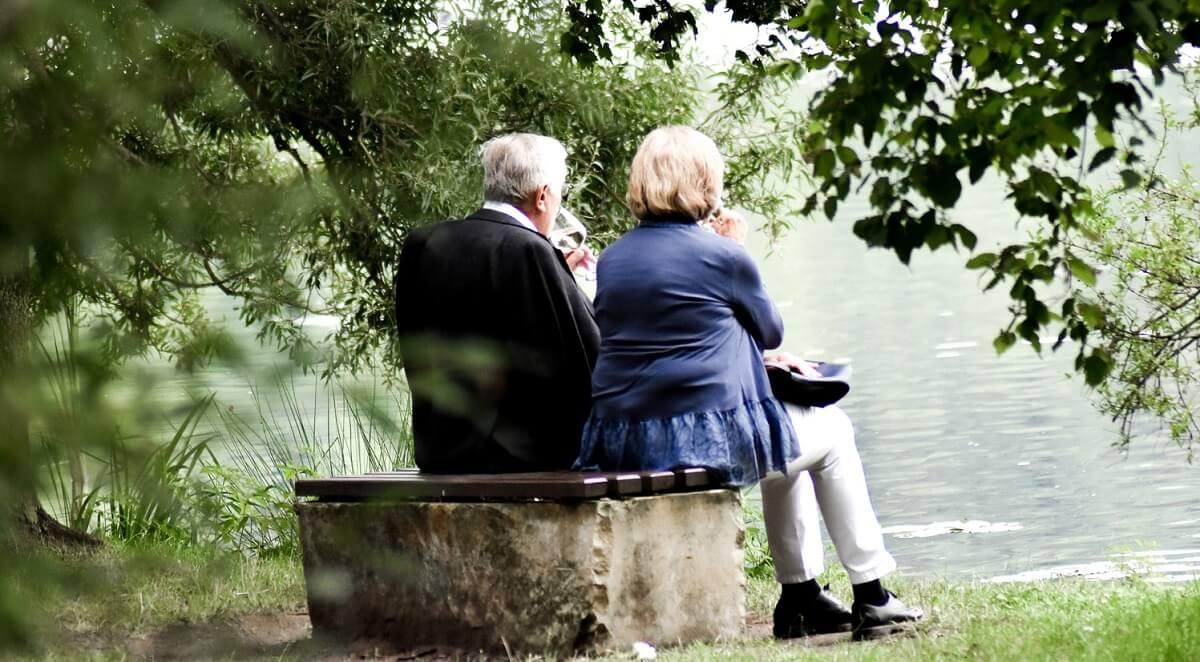 Dlaczego nasze babcie i dziadkowie stają się nie do zniesienia na starość? Odpowiedź rozdziera serce