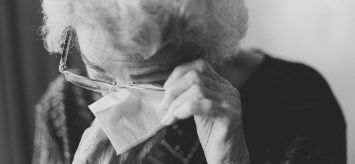 Babcia wydawała dziwne dźwięki. Powiedziała 4 słowa i świat im się zamazał, przerwali jej koszmar na żywo