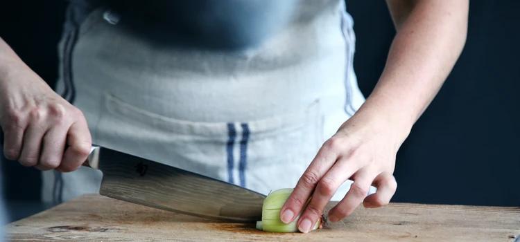 Znany kucharz podzielił się prostym sposobem na krojenie cebuli. Dzięki niemu nigdy więcej nie uronisz łzy