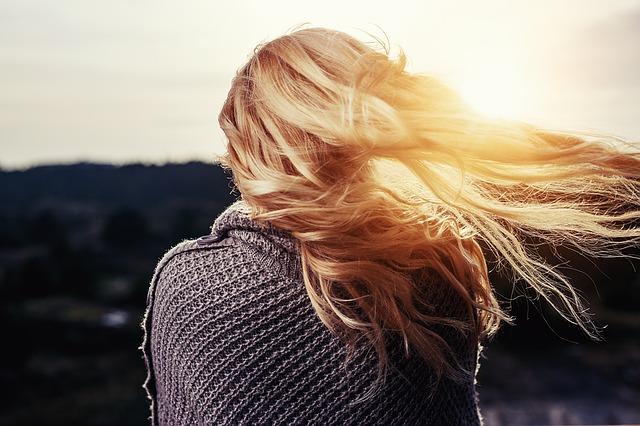 Przepis, dzięki któremu twoje włosy będą rosnąć jak szalone. Potrzebna Ci będzie cebula, a efekt powala