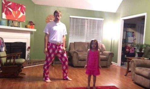 Kamera wszystko rejestrowała. Mama wyszłam zostawiając córkę z tatą. Szybko włożył różowe szorty i zaczęło się dziać