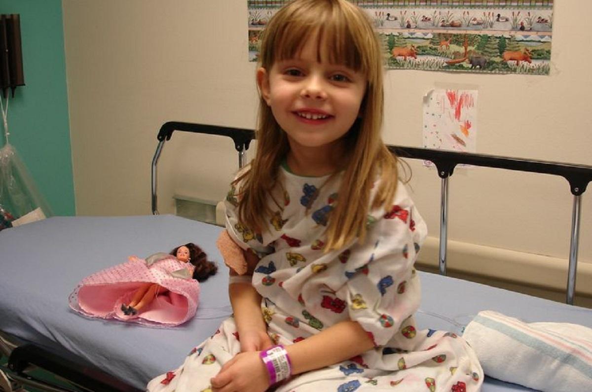 Córka zmarła straszną śmiercią w wieku 3 lat. Kilka dni po tym zrozpaczona mama dokonała w szufladzie odkrycia, przez które zalała się łzami
