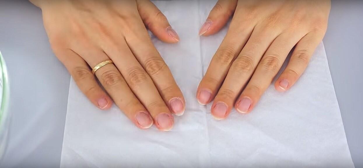 Domowy i skuteczny sposób na odmłodzenie dłoni. Potrzeba 3 składników, które na pewno masz w kuchni