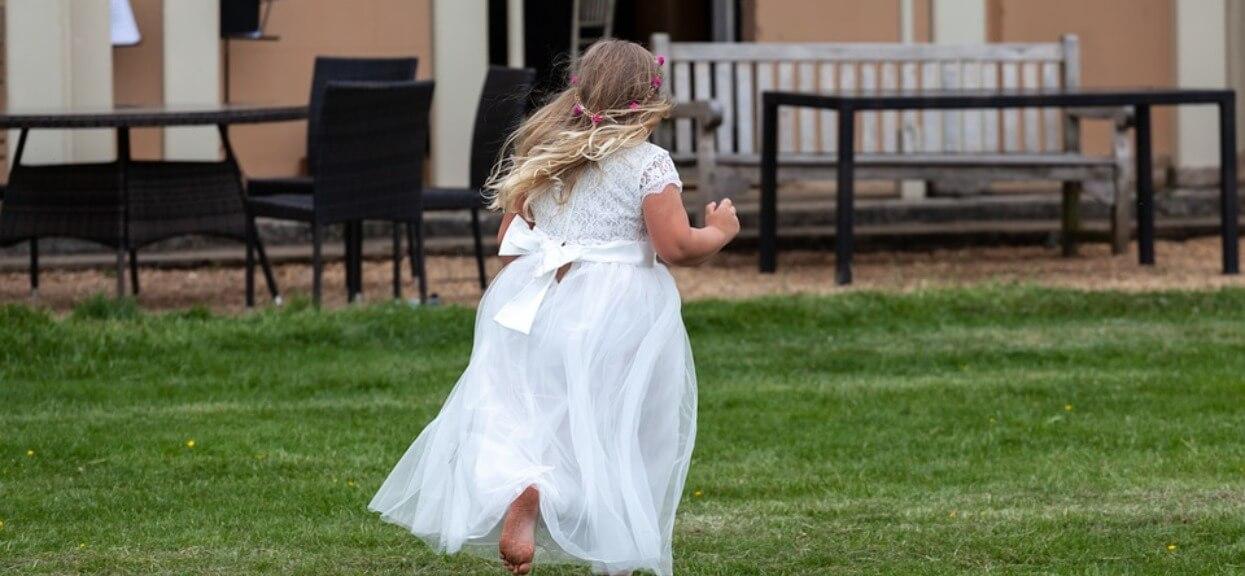 Fotograf zobaczył, że panna młoda się trzęsie i natychmiast przerwał ślub. Złamał panu młodemu nos