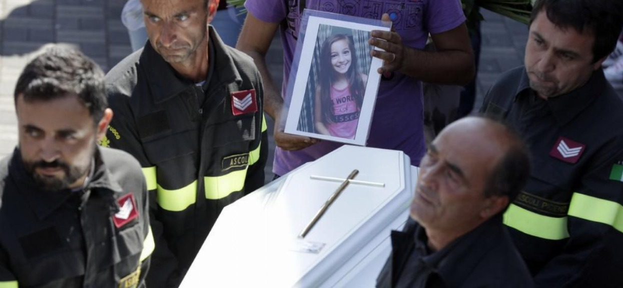 Kiedy strażacy odkopali 9-letnią dziewczynkę, już nie żyła. Ale to, co znaleźli pod jej ciałem, ścisnęło ich za gardło