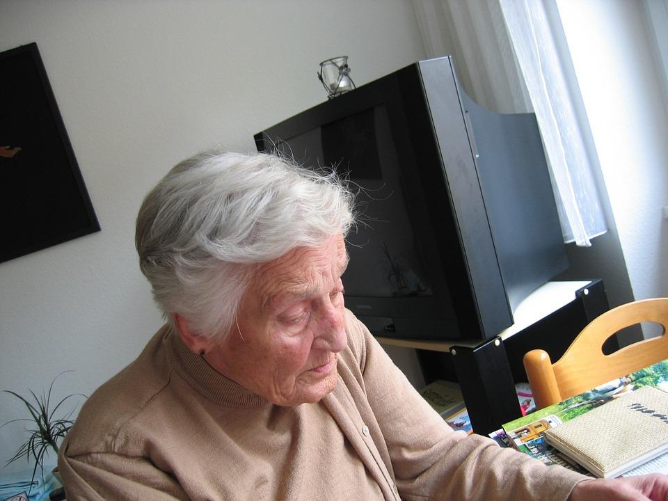 87-letnia babcia zobaczyła kwitek z emerytury i zrobiło jej się słabo. Tak po cichu obniżyli jej świadczenie