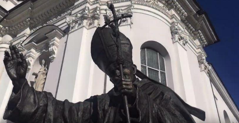 """Wadowice naprawiły pomnik papieża. Wierni myślą, że to cud i obmywają twarze """"papieską wodą"""""""