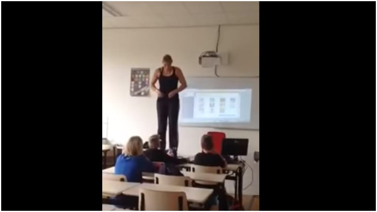 Nauczycielka nagle wskoczyła na stół i zaczęła ściągać z siebie ubrania. Uczniowie nie spodziewali się takiej lekcji anatomii