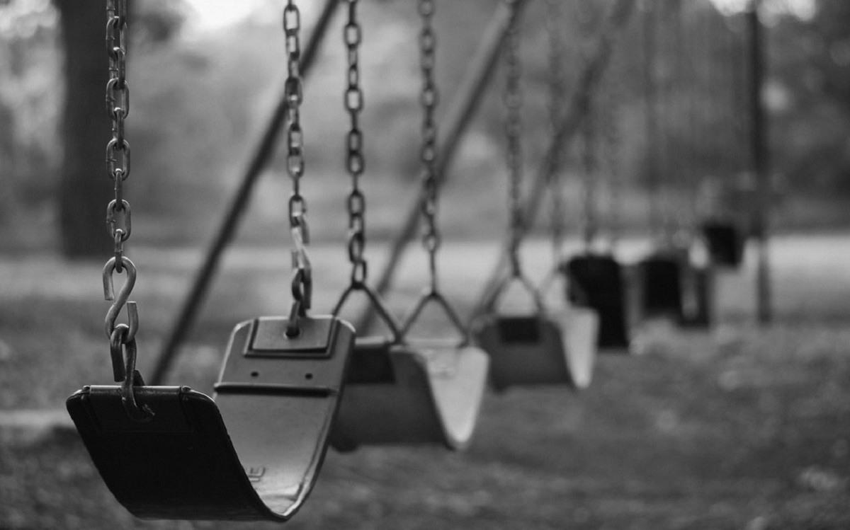 Niebezpieczne znalezisko. Dziecko na placu zabaw natrafiło na głowę kobiety, a to był dopiero początek