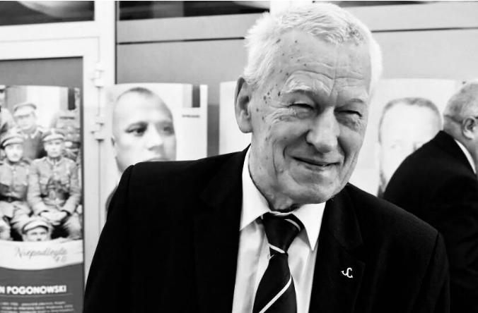 """Premier Morawiecki nad grobem ojca złożył obietnicę. """"W tych łzach, tak jak tego pragnąłeś"""""""