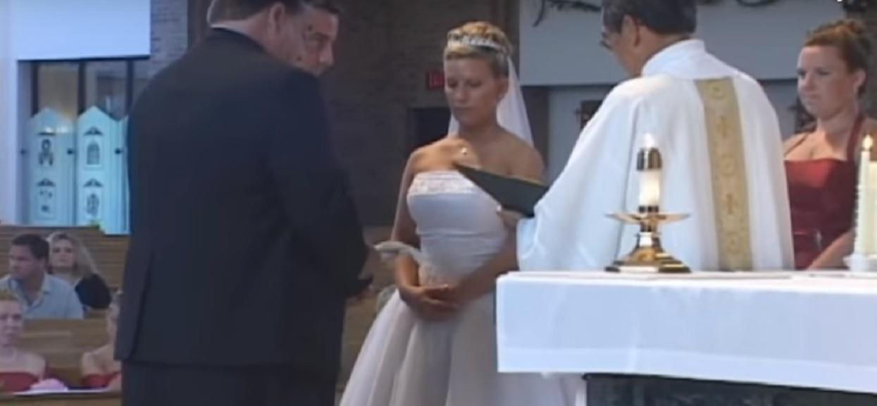 Żałosną wpadkę podczas ślubu uchwyciła kamera. Cały kościół momentalnie eksplodował ze śmiechu