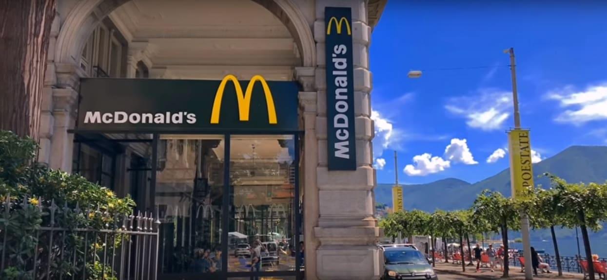 Chciał zjeść posiłek w McDonald's, wtedy dostrzegł jeden szczegół. Wyjął telefon i sfotografował okropny widok (zdjęcia)