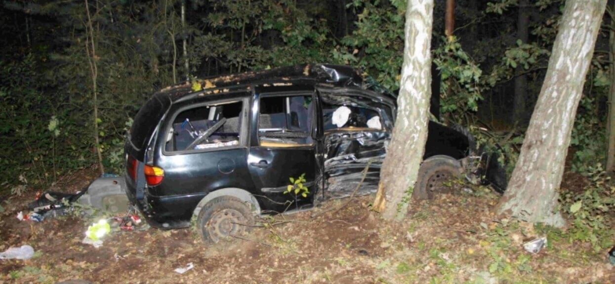 Niezniszczalny 29-latek w ciągu jednego dnia wziął udział w czterech incydentach drogowych. Dwa razy rozbił się na drzewie