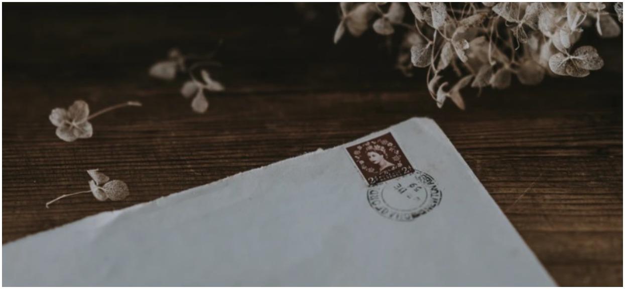 W podłodze odkryła list napisany 72-lata temu, w sekundę serce skoczyło jej do gardła. Adresat zalał się łzami po odczytaniu treści