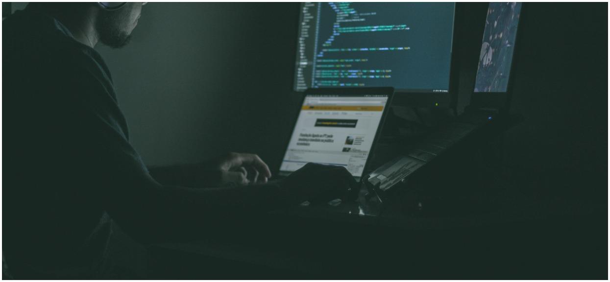 Student przechytrzył internetowych oszustów. Pieniądze od nich pomogą potrzebującym