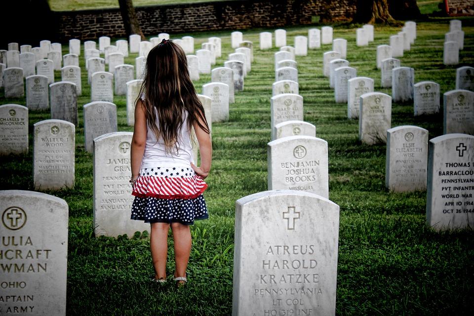 Tata kopał grób dla swojej przedwcześnie zmarłej córki. Nagle z trumny obok usłyszał płacz