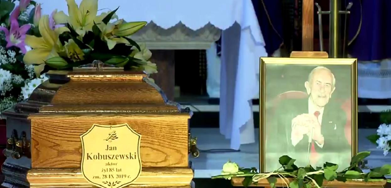 Na pogrzebie Jana Kobuszewskiego do mikrofonu podszedł jego siostrzeniec. Wypowiedział jedno zdanie, po którym zapadła głucha cisza