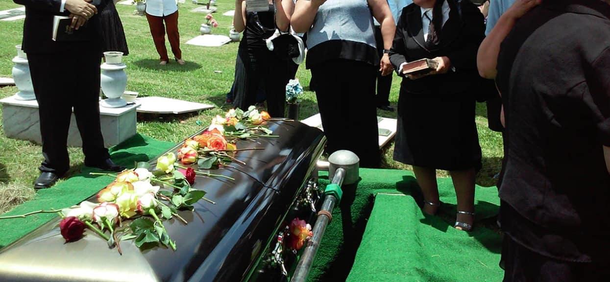 Żałobnicy zebrali się na stypie po pogrzebie, nagle wszyscy zaczęli mieć niepokojące objawy. Powód okazał się przerażający