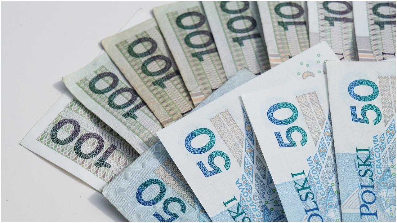 Polacy będą płacić jeszcze więcej? Trwają rozmowy nad wprowadzeniem nowego podatku, który dotknie nas wszystkich