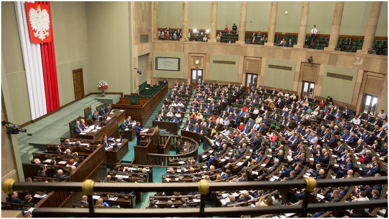 """""""Pili przez niemal całe posiedzenie Sejmu"""". Była posłanka mówi całą prawdę o alkoholu na Wiejskiej"""