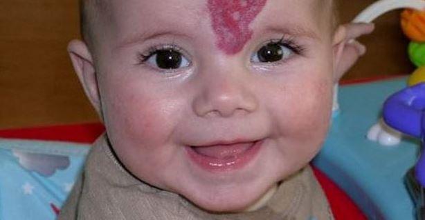 Mama spojrzała na główkę synka i ją zamurowało. Zaczęły wyrastać z niej rogi, z aniołka przemieniał się w diabła