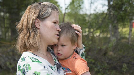Jej 3-letni syn biegał po trawie, nagle jego noga zaczęła puchnąć i sinieć. Matka zrozumiała, że ma niewiele czasu