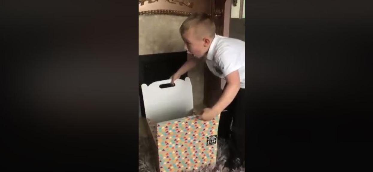 7-latek wrócił do domu, gdzie czekał na niego niespodziewany pakunek. Zajrzał do środka i zalał się łzami