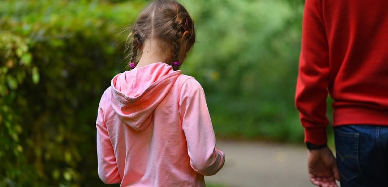 Córka pana Marka wróciła z kościoła i pokazała, co dostała po mszy. Zdruzgotany tata od razu pobiegł do świątyni