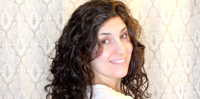 Kobieta zawinęła świeżo umyte włosy w najzwyklejszą koszulkę. Kiedy rano ją ściągnęła, efekt był piorunujący