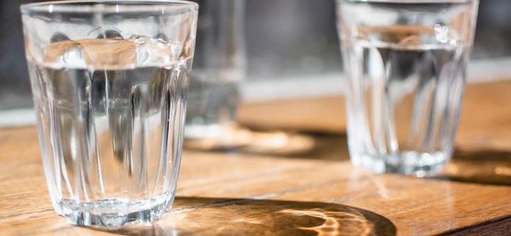 Co się stanie z ciałem, jeżeli każdy napój zastąpisz wodą? Efekty zaskakują i to w bardzo krótkim czasie