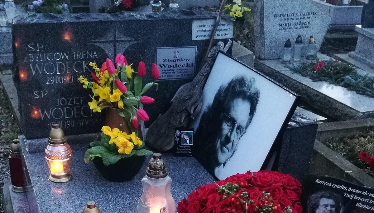 Widok rozdzierający serce. Tak lata po śmierci wygląda grób Wodeckiego, 7 wywołujących ciarki zdjęć