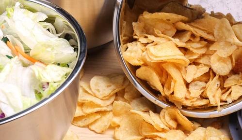 Nie ma lepszej przekąski na Sylwestra niż domowe chipsy. Sprytny przepis sprawi, że będą smaczniejsze i bardziej chrupkie niż ze sklepu