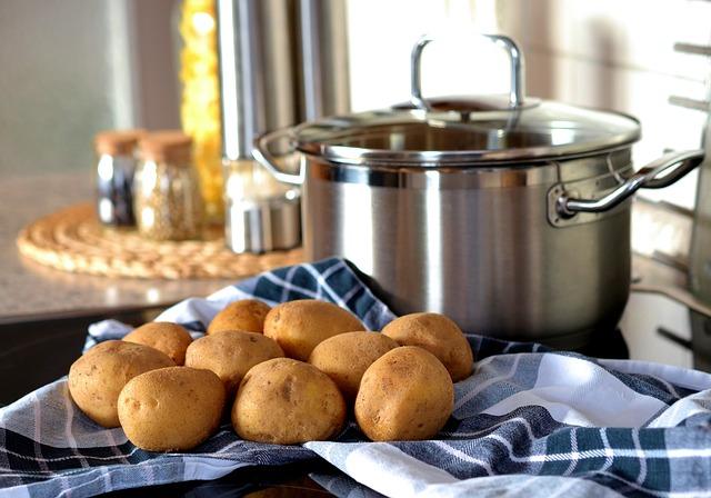 Musisz pamiętać, by do gotujących się ziemniaków wrzucać marchewkę. Powód Cię zaskoczy