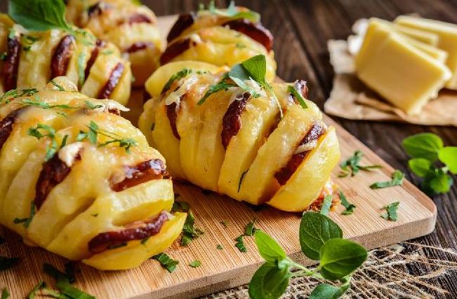 Nadzwyczaj efektowne, bajecznie proste danie obiadowe. Nadziewane pieczone ziemniaki są obłędne w smaku