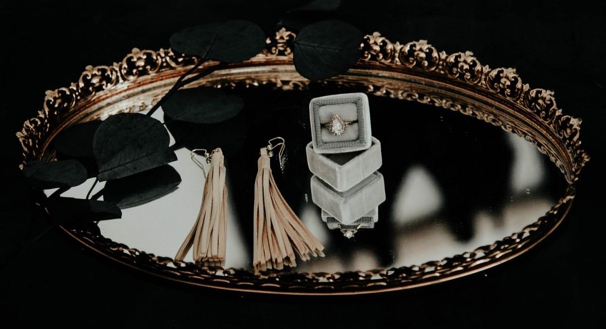 Kosmiczny efekt już w kilka minut. Domowa metoda, dzięki której biżuteria ze złota i srebra będzie lśnić jak nowa - absolutna rewelacja!