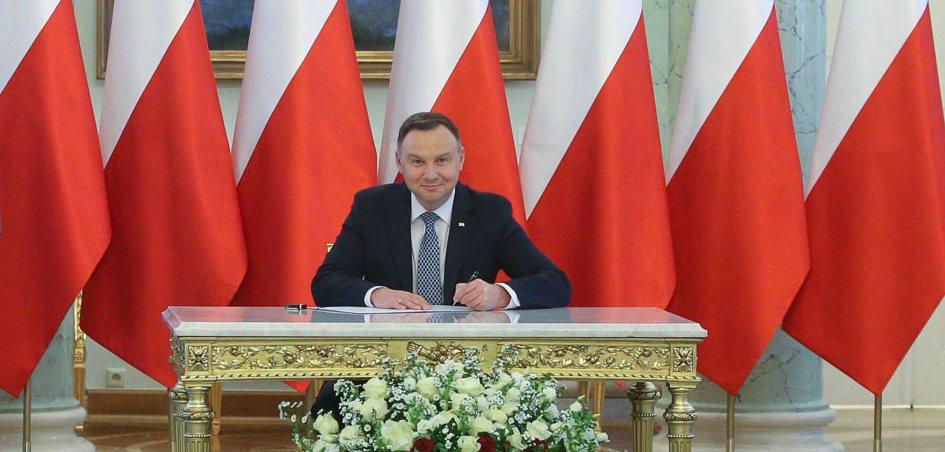 Andrzej Duda stwierdził, że jest moc i pokazał biceps. Polacy składają się ze śmiechu